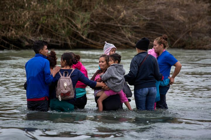 A group of 17 migrant people crosses the Río Bravo, trying to reach the United States from the Mexican border city of