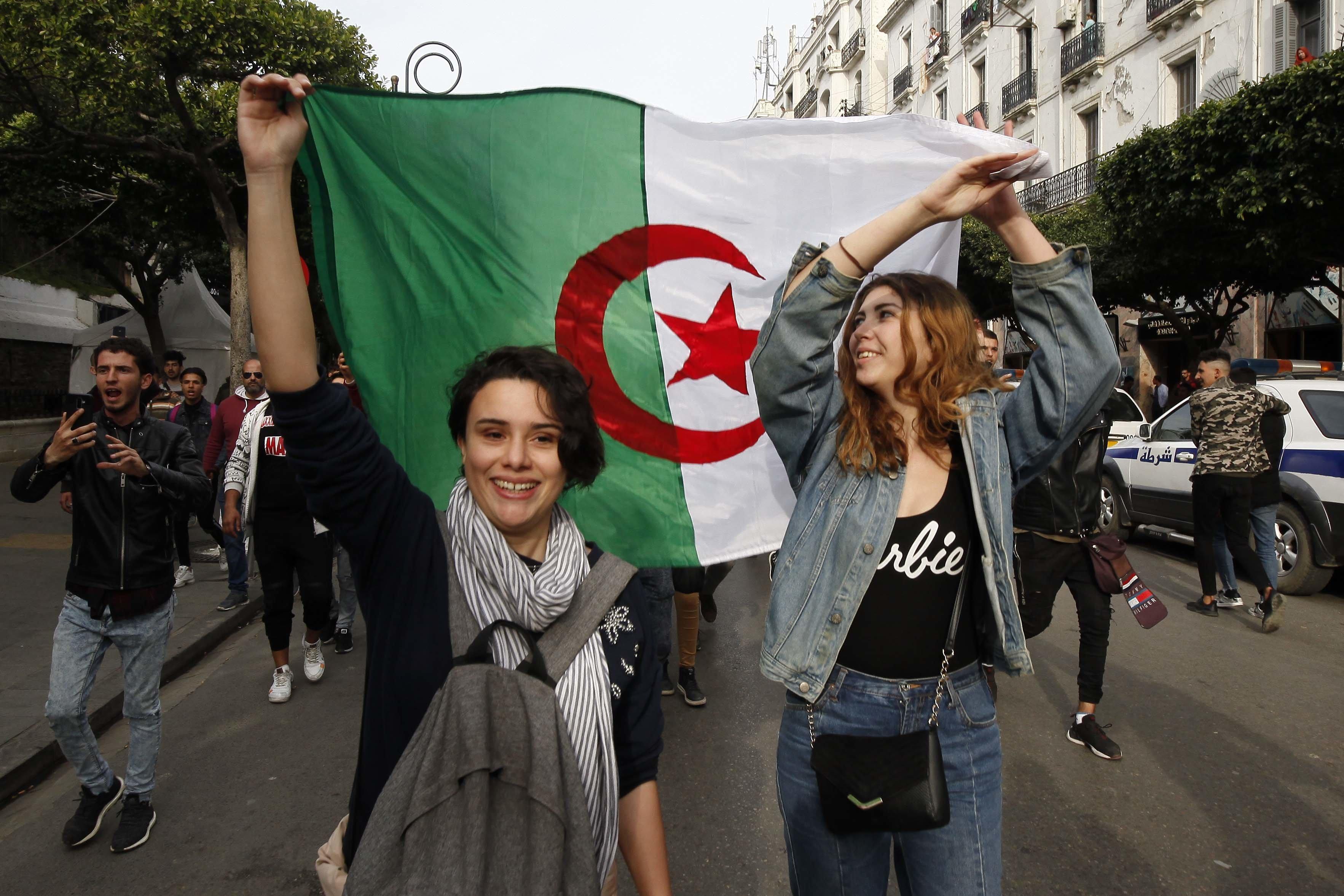 Une Algérie qui renaît face à un régime en quête d'un plan