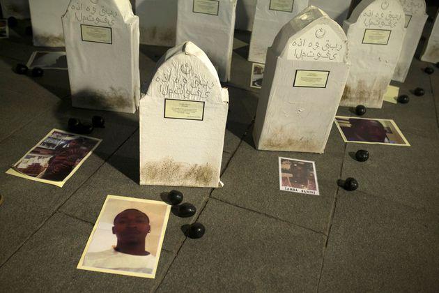 Des photographies de migrants décédés dans les eaux marocaines en 2014 posées...