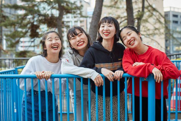 左からマナ(Vo,Key)、ユナ(Dr,Cho)、ユウキ(Ba,Cho)、カナ(Vo,Gt)