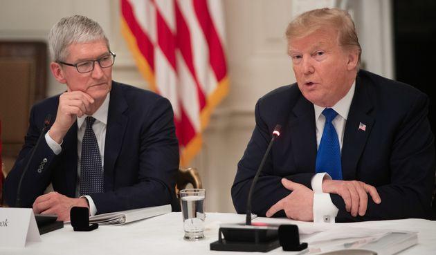 도널드 트럼프가 애플 CEO 팀 쿡을 '팀 애플'로 강제