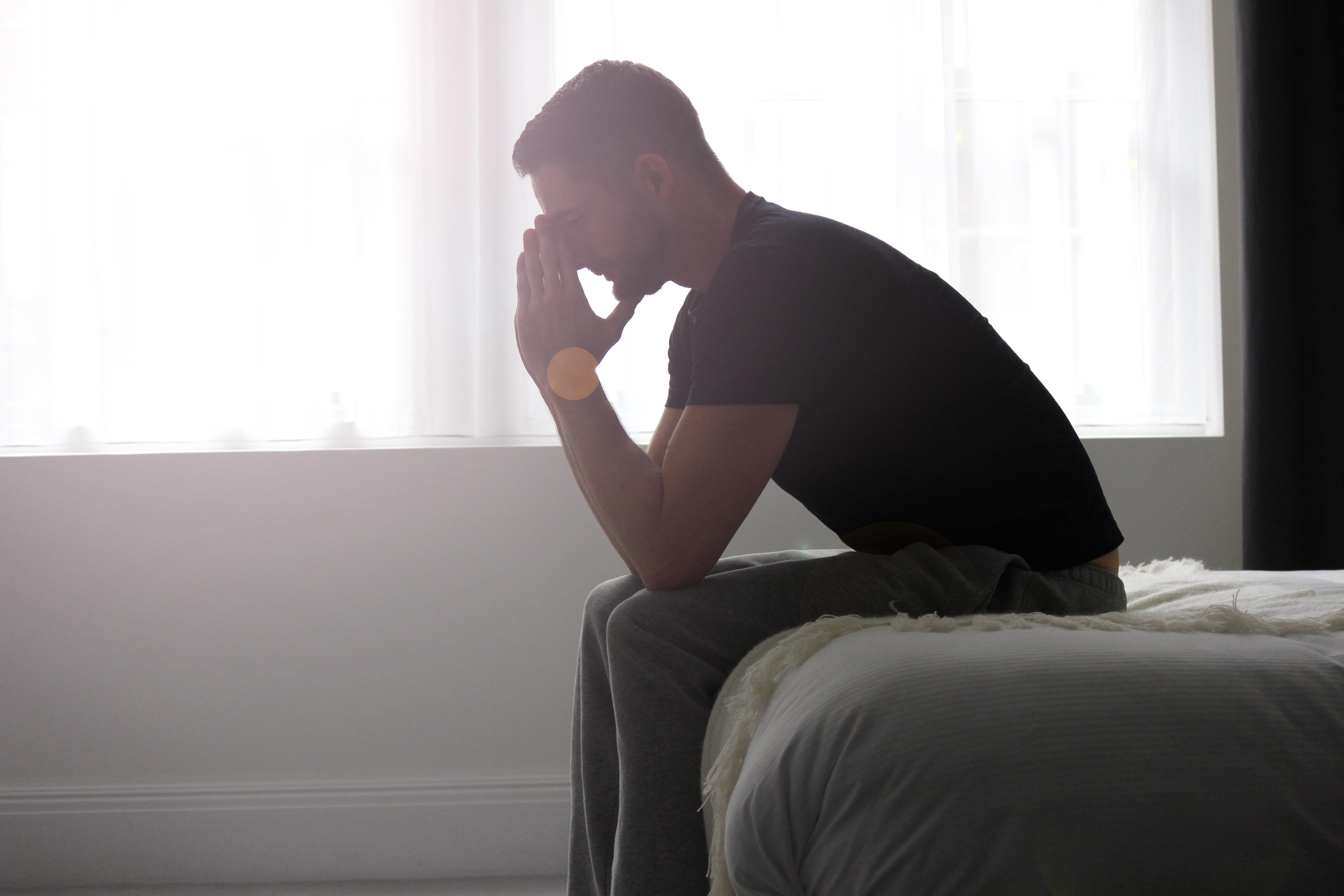 Homens que estão realmente sofrendo após a experiência de sua parceira sofrer um...