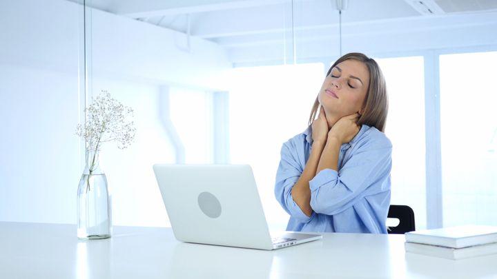Ficar sentado muito tempo pode prejudicar a coluna e o pescoço.