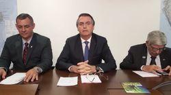Ao lado de generais, Bolsonaro retoma transmissões ao vivo e defende fala sobre