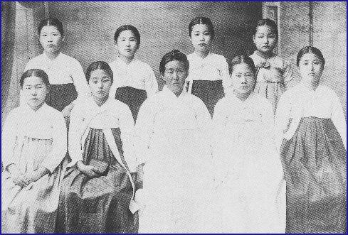 3·1 운동으로 투옥되었다가 같은 날 출옥한 분들의 기념사진. (앞줄 왼쪽부터)고연홍, 김필호, (식모), 최수향, 이봉금 /(뒷줄 왼쪽부터)강화선,...