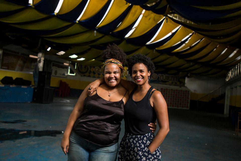 Lola Ferreira (à esquerda) e Valda Nogueira (à direita), no galpão da Paraíso...