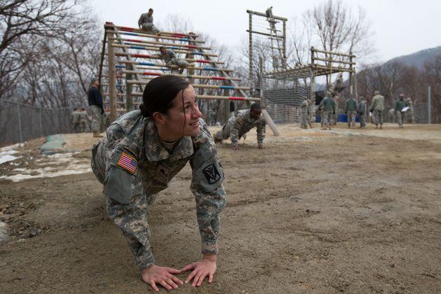 지난 2013년 공중 강습 훈련 중 팔굽혀펴기를 하고 있는 당시 미군 병장 아시야 무어 씨의