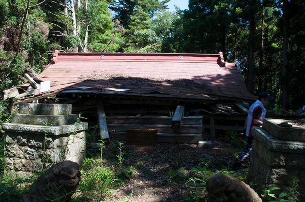 半壊した諏訪神社の拝殿。2011年末までに全壊したという(2011年8月撮影)