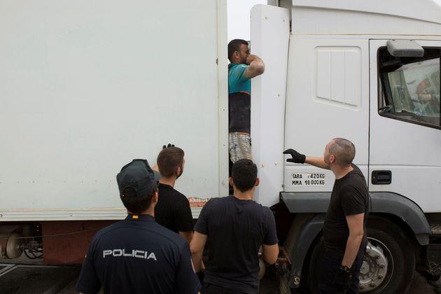 La police espagnole intercepte un migrant qui se cachait dans un camion de parc d'attractions ambulant...