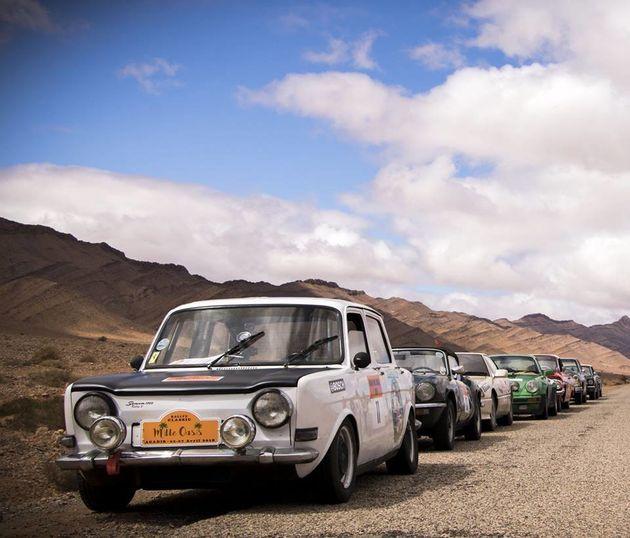 40 voitures d'époque se préparent à s'élancer dans un rallye à travers le sud