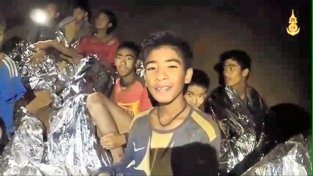 タイ北部チェンライのタムルアン洞窟に閉じ込められ、無事に生還した少年ら(タイ海軍提供)