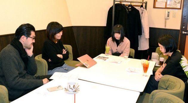 「新・東京修学旅行プロジェクト」に参加する東京の高校生に説明する「Port B」の高山明さん(左)=東京都渋谷区