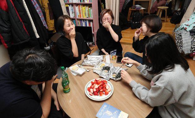 식구. 밥을 함께 먹는 사람들이다. 지난달 20일 저녁, 하루를 마치고 집으로 돌아온 공덕동하우스 식구들이 김밥과 딸기, 롤케이크를 올린 소박한 식탁에 모여 그날 있었던 일들을 나누고