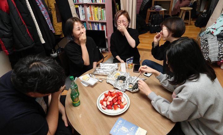 식구. 밥을 함께 먹는 사람들이다. 지난달 20일 저녁, 하루를 마치고 집으로 돌아온 공덕동하우스 식구들이 김밥과 딸기, 롤케이크를 올린 소박한 식탁에 모여 그날 있었던 일들을 나누고 있다.