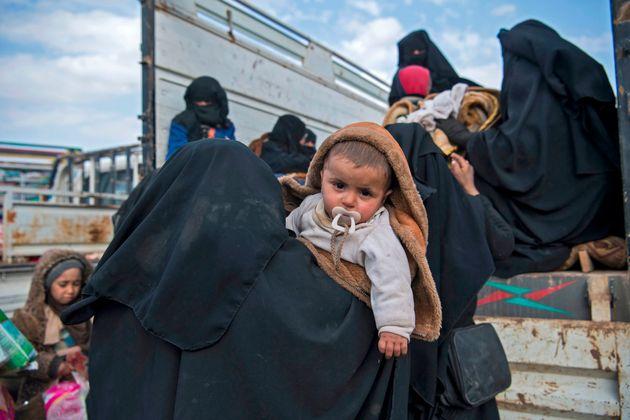 Des civils qui ont fui la région de Baghouz, dans la province de Deir Ezzor, dans l'est de la...