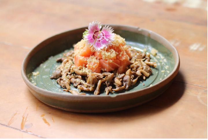 Tartar de salmão com shimeji do Nazo.
