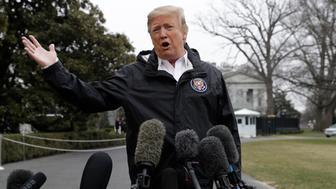 El presidente Donald Trump habla con los reporteros afuera de la Casa Blanca, el viernes 8 de marzo de 2019, en Washington. (AP Foto/ Evan Vucci)