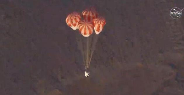 4개의 낙하산을 펼쳐 안전하고 매끄러운 착륙을 시도한다. 나사 웹방송