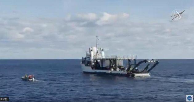 플로리다 동쪽 해상에서 크루 드래건 회수를 위해 대기중인 스페이스엑스의 선박. 나사 웹방송