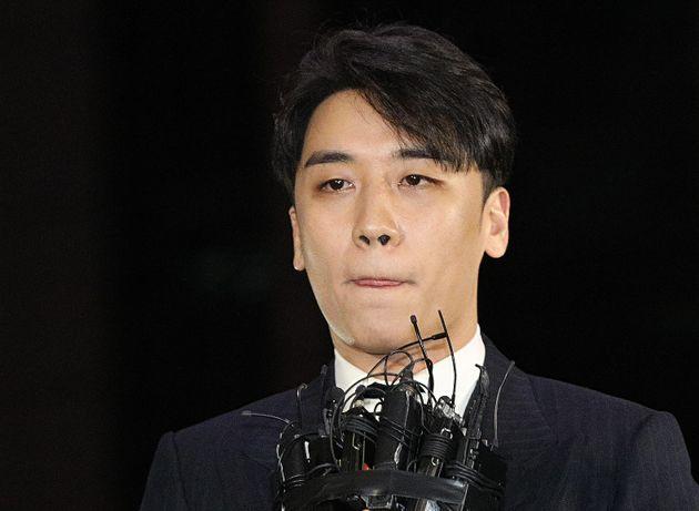 """경찰 """"카톡 대화 조작 안됐다""""…'성접대 의혹' 승리 피의자"""