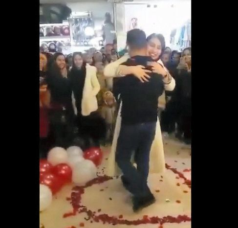 イランで公開プロポーズした男女が逮捕される。一体なぜ?