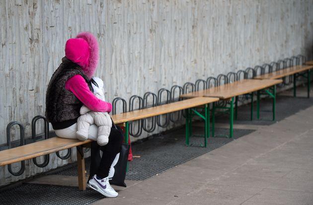 Eine Frau mit einem Baby in Berlin wartet auf dem Gelände des Landesamts für Gesundheit und...