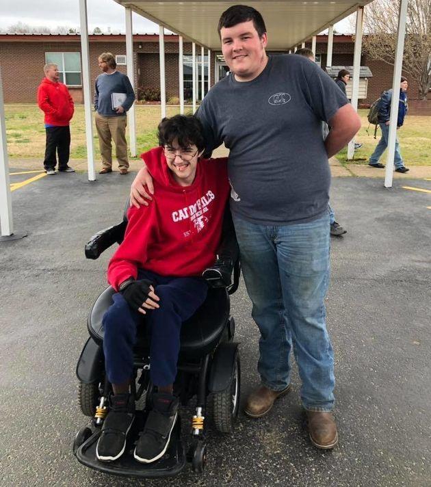 Μια αληθινή φιλία: Δούλευε για δύο χρόνια για να αγοράσει αναπηρικό καροτσάκι στον φίλο