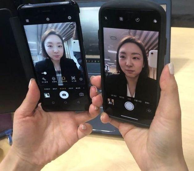 평양 스마트폰 2423(왼쪽)과 국내 휴대전화로 셀카를 찍어