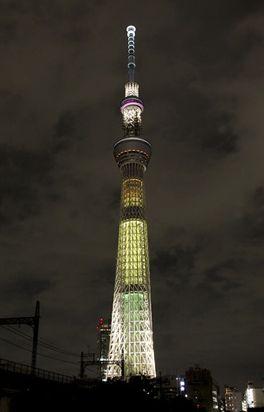 2019年3月11日、一夜限りの特別色「明花」でライトアップする東京スカイツリー