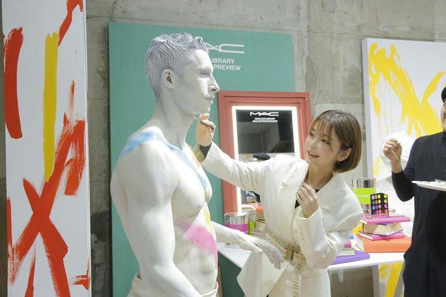 コスメブランド「M·A·C(マック)」のイベントで、人が扮した石像にメイクをするテリちゃん