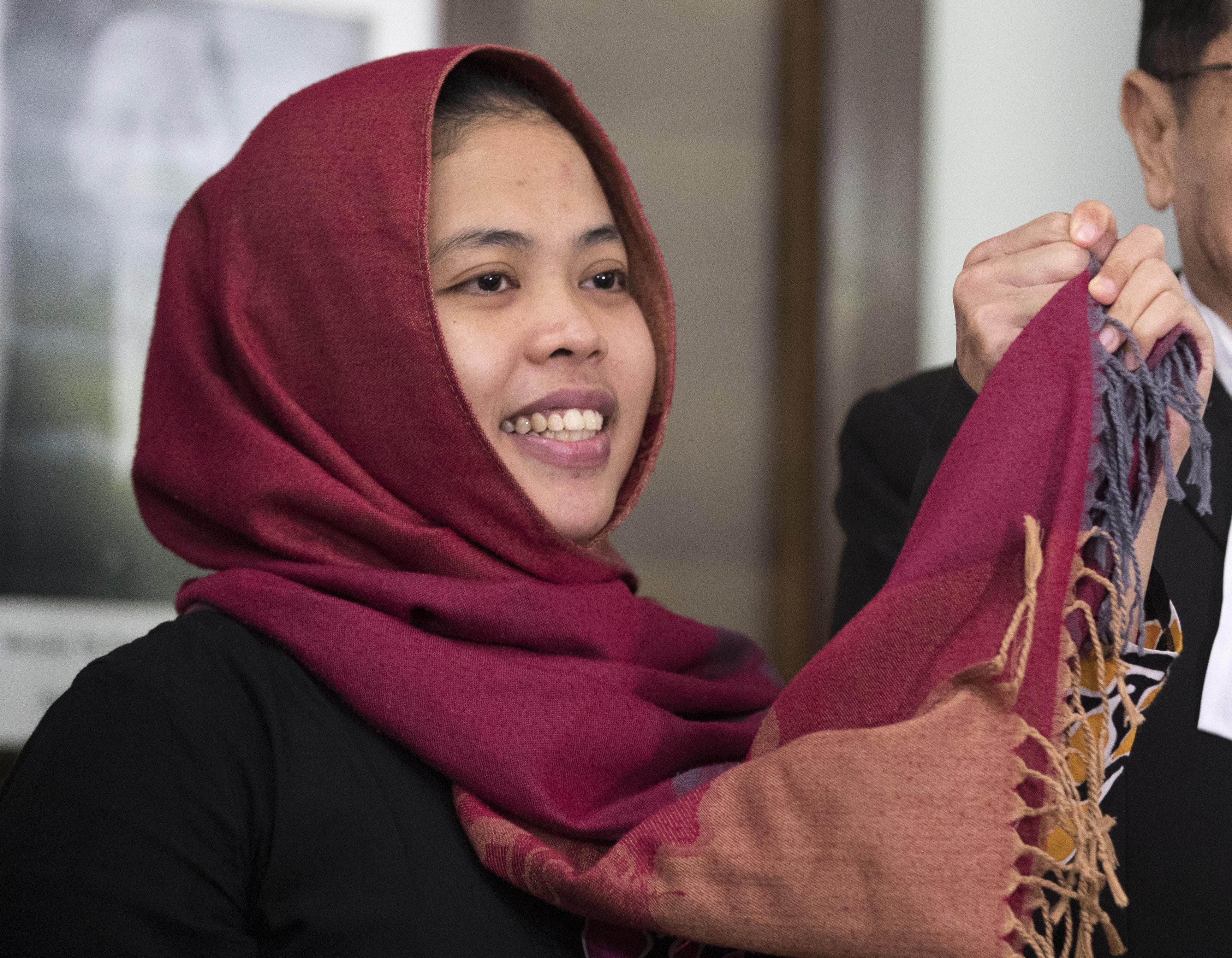 La indonesia Siti Aisyah (izquierda) sonríe junto a su abogado Gooi Soon Seng tras una conferencia de prensa en la embajada de Indonesia en Kuala Lumpur, Malasia, el 11 de marzo de 2019. (AP Foto/Vincent Thian)