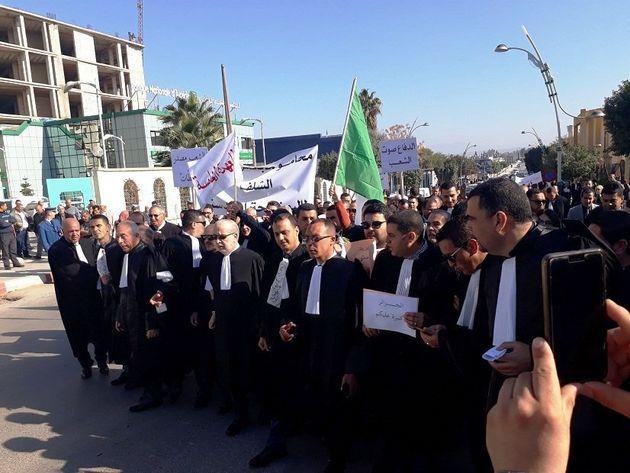 Des milliers d'avocats à travers l'Algérie manifestent contre le 5e