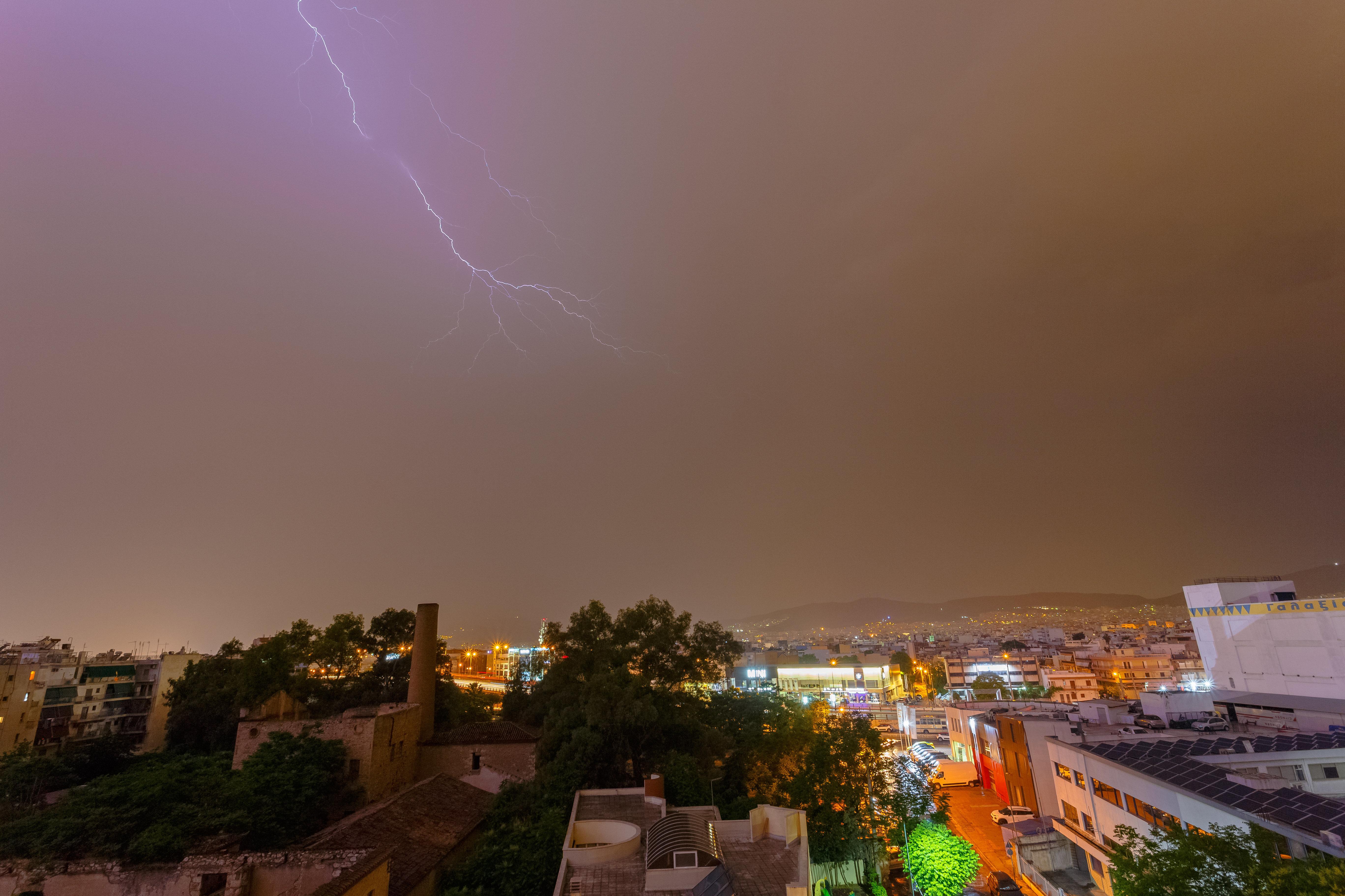 Έκτακτο δελτίο καιρού της ΕΜΥ - Έρχονται καταιγίδες, χαλάζι και θυελλώδεις