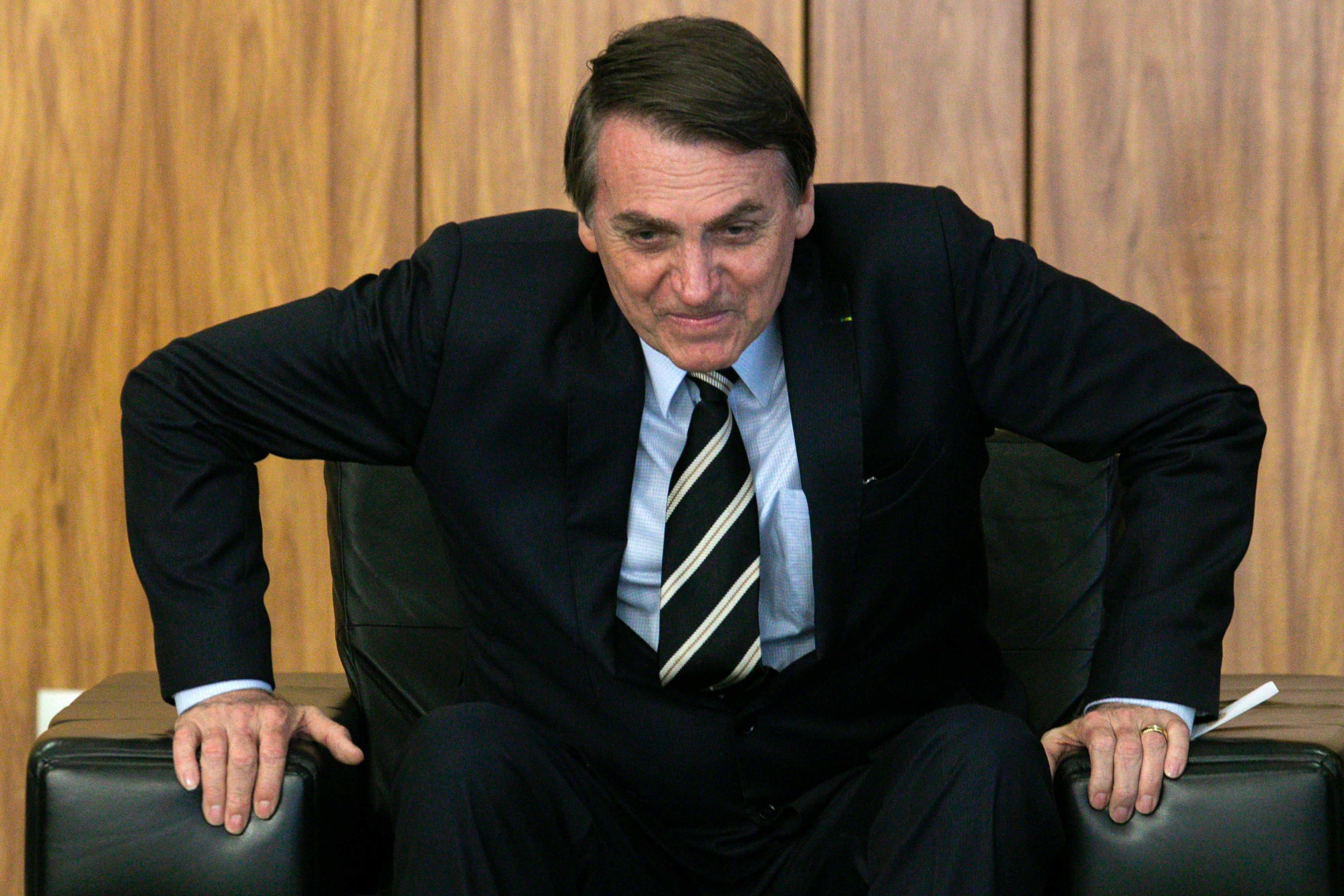 Bolsonaro mira a imprensa novamente e usa fake news para atacar jornalista do