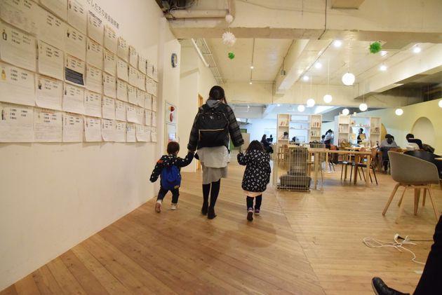 子どもと共に出勤する女性