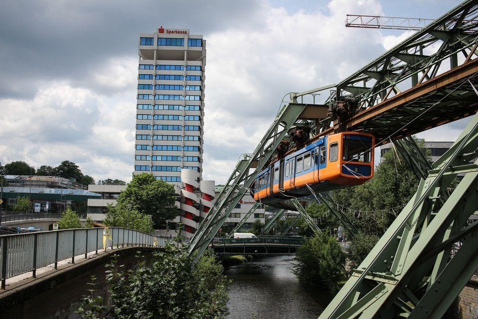 Schwebende Bahn: In Wuppertal verbindet die Schwebebahn schon seit Anfang des 20. Jahrhunderts einige...