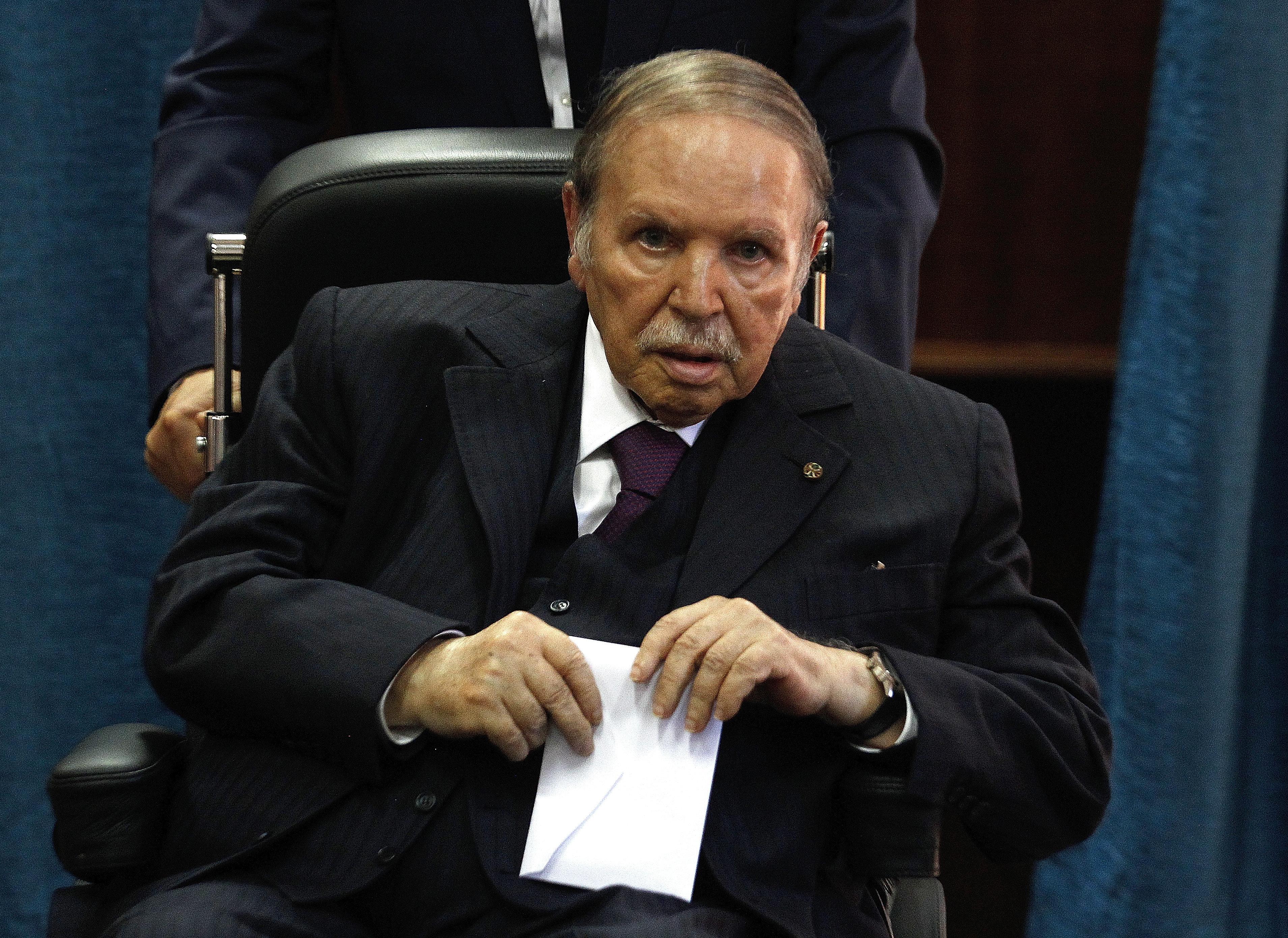 Bouteflika annonce le report des élections et sa décision de ne pas briguer un 5e