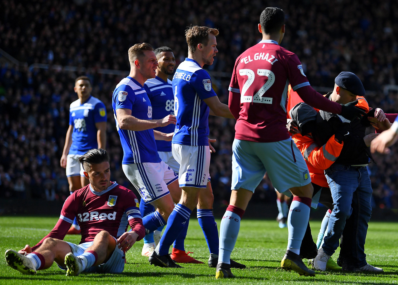 英サッカー、ピッチに乱入した観客が選手を暴行⇨そのままプレー続けて決勝点もぎとる