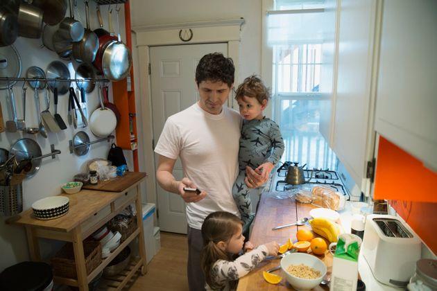 父親と2人の子供 イメージ写真