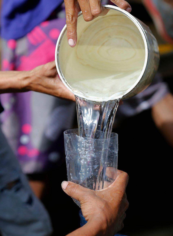 상수 파이프에서 담은 물을 나눠담는