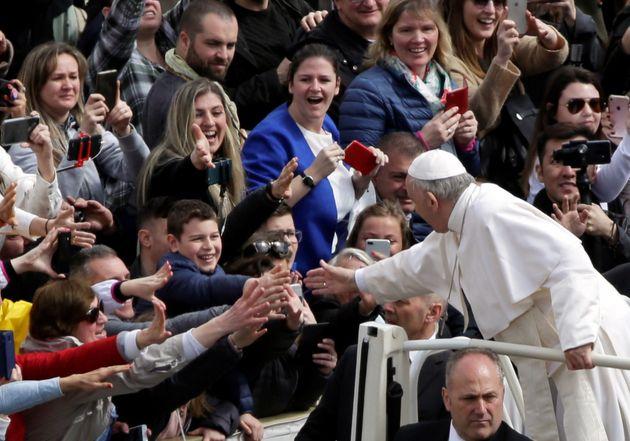 Le pape François accueille les fidèles de sa papamobile après la messe de Pâques...