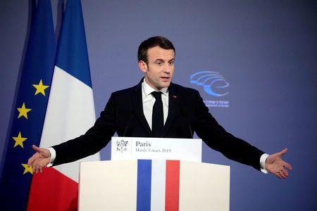 Emmanuel Macron salue la