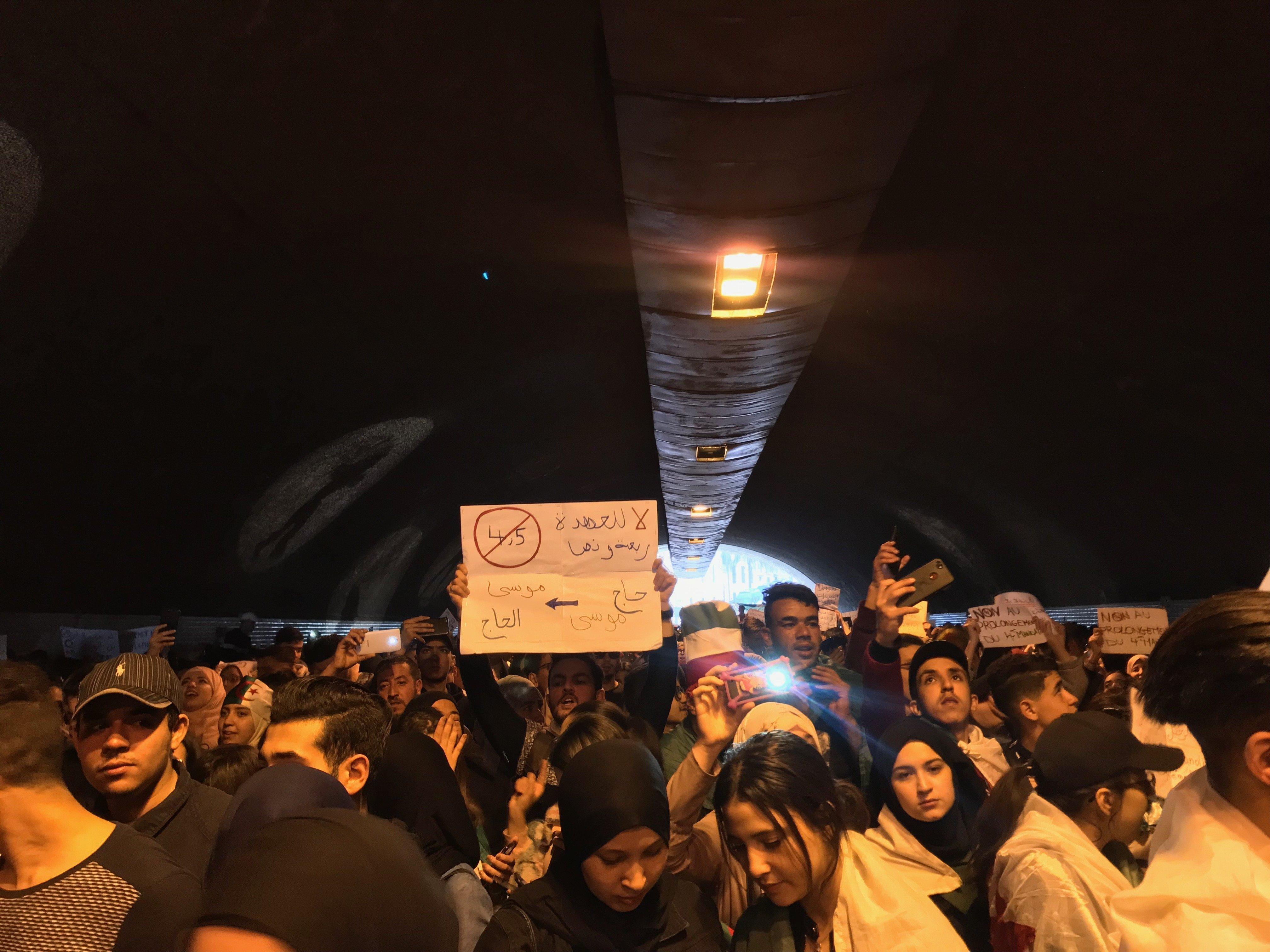 """""""Matzidech dkika"""": À Alger centre, les étudiants mettent à jour les slogans et poursuivent les"""