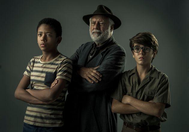 O trio formado pelos garotos João Gabriel D'Aleluia (esq.) e Xande Valois (dir.) e o veterano...
