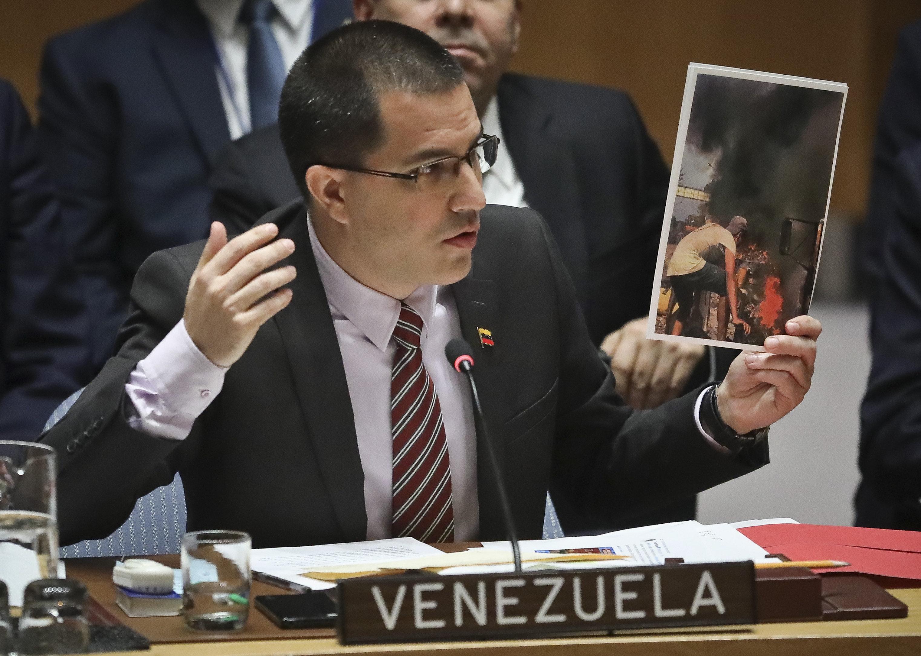 Η Βενεζουέλα δίνει προθεσμία 72 ωρών σε Αμερικάνους διπλωμάτες για