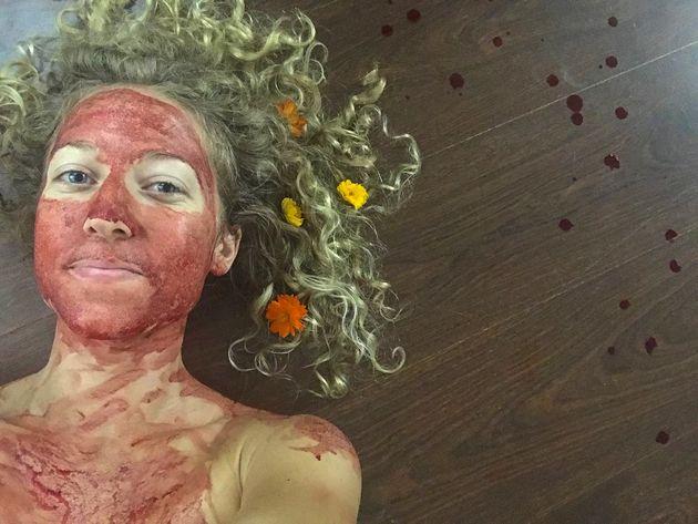 Para quebrar os tabus em torno do período menstrual, a ativista Demetra Nyx está adotando...
