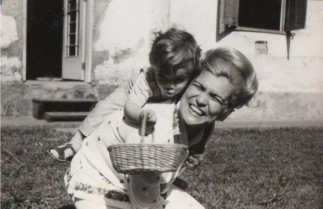 Hebe Camargo brinca com o filho Marcello nesta foto