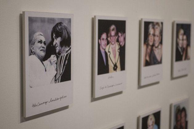 96 fotos de Hebe com grandes amigos e personalidades próximas estampam um dos ambientes da