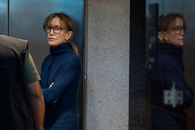 事件が発覚した後に、ロサンゼルスにある連邦政府関連ビルで撮影されたハフマン