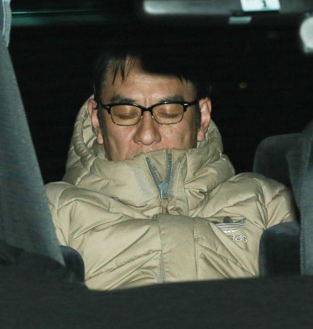 コカインを使用したとして麻薬取締法違反容疑で逮捕され、移送されるピエール瀧容疑者=13日、東京都千代田区